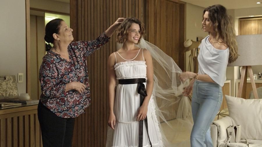 Cibele durante a prova do vestido de noiva quando ainda ia se casar com Ruy - Reprodução/Globo