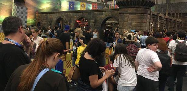 Quer uma varinha do Harry Potter? Entre nessa fila de 3 horas!