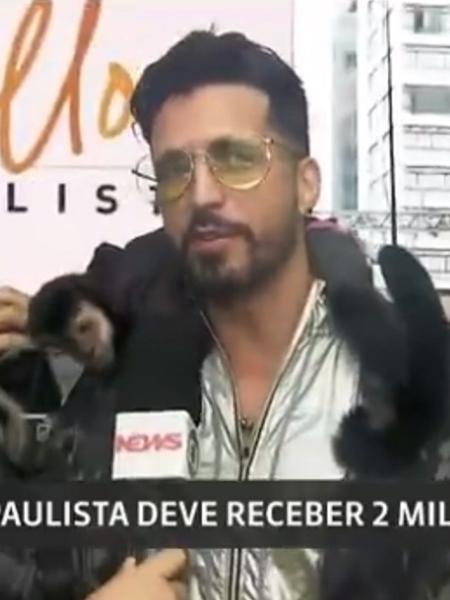 Latino leva macaco para passagem de som na avenida Paulista - Reprodução/Globo News
