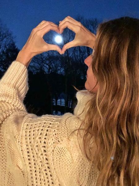 """Gisele Bündchen admira a super lua: """"Que começo de ano especial"""" - Reprodução/Instagram"""