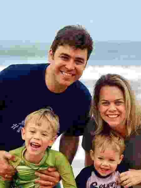 Thiago Ferro e a mulher, Amanda, com os filhos, Benjamin (à esq.) e Noah; personagens da pauta parto desassistido de UOL Estilo - Arquivo Pessoal - Arquivo Pessoal