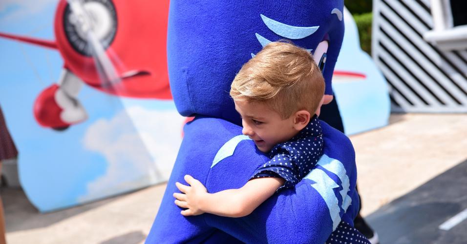 """Filho de Ana Hickmann e Alexandre Corrêa abraça personagem do desenho """"Super Wings"""""""
