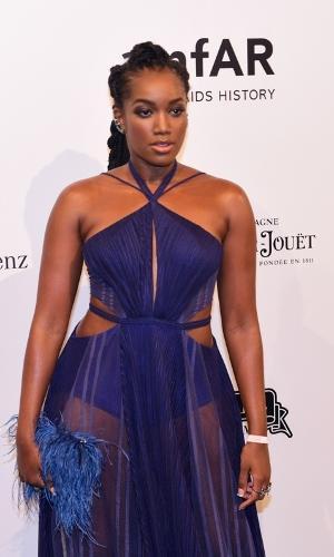 A cantora Iza investiu em um longo transparente azul royal