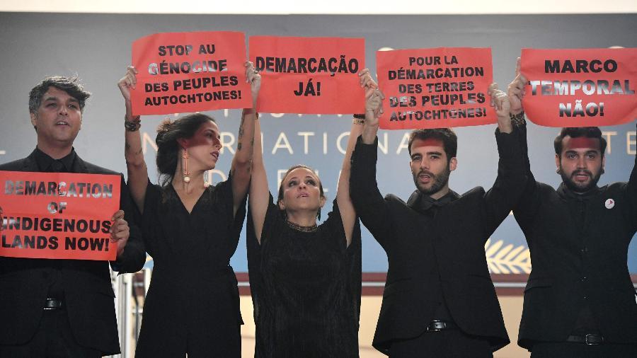 Produtor brasileiro Ricardo Alves Jr., coordenadora de produção Isabella Nader, diretora Renee Nader Messora, diretor português Joao Salaviza e um convidado protestam contra o genocídio indígena em Cannes - AFP PHOTO / LOIC VENANCE