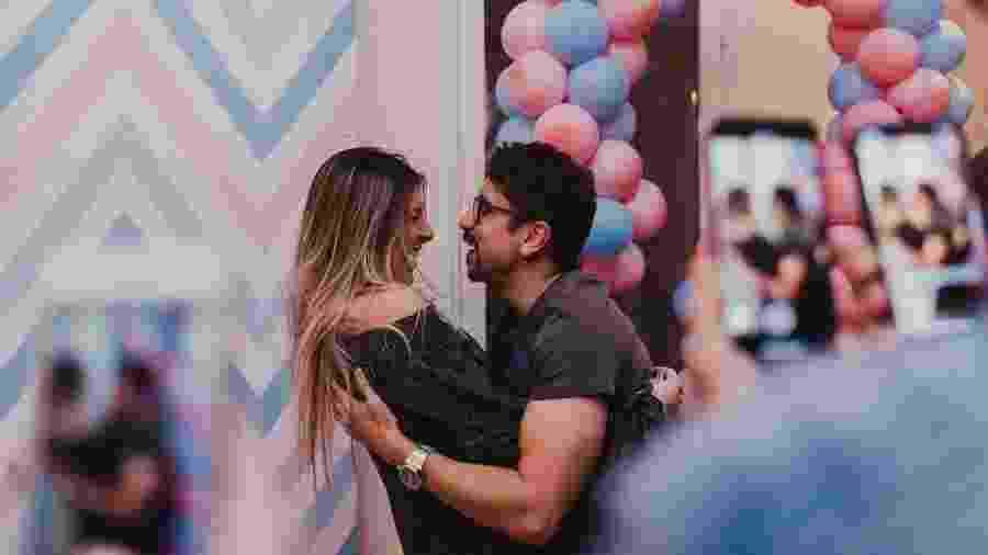Sertanejo Davi, da dupla com Bruninho, abraça a mulher, Samantha Lambert, e anuncia que será pai de uma menina - Reprodução/Instagram/samanthalambert