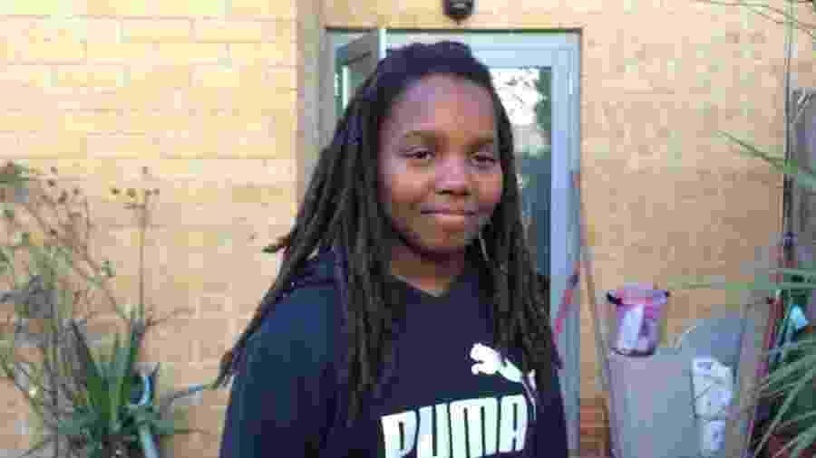A escola havia dito que Chikayzea deveria cortar o cabelo ou seria suspenso - BBC