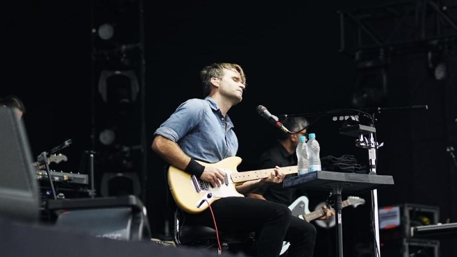 Ben Gibbard, vocalista do Death Cab For Cutie, se apresenta sentado no Popload Festival, em São Paulo - Felipe Gabriel/UOL