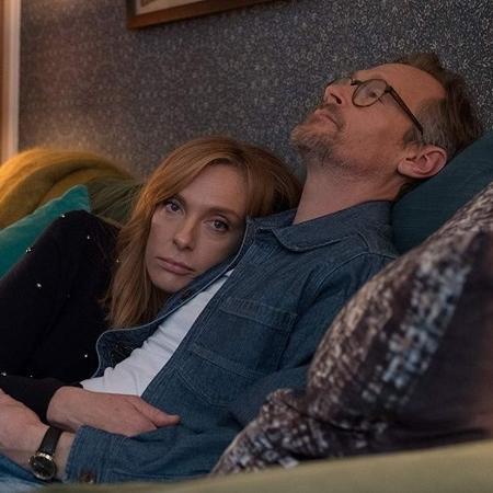Os atores Toni Collete e Steven Mackintosh vivem um casal que abre o relacionamento após anos de casamento - Divulgação/Netflix