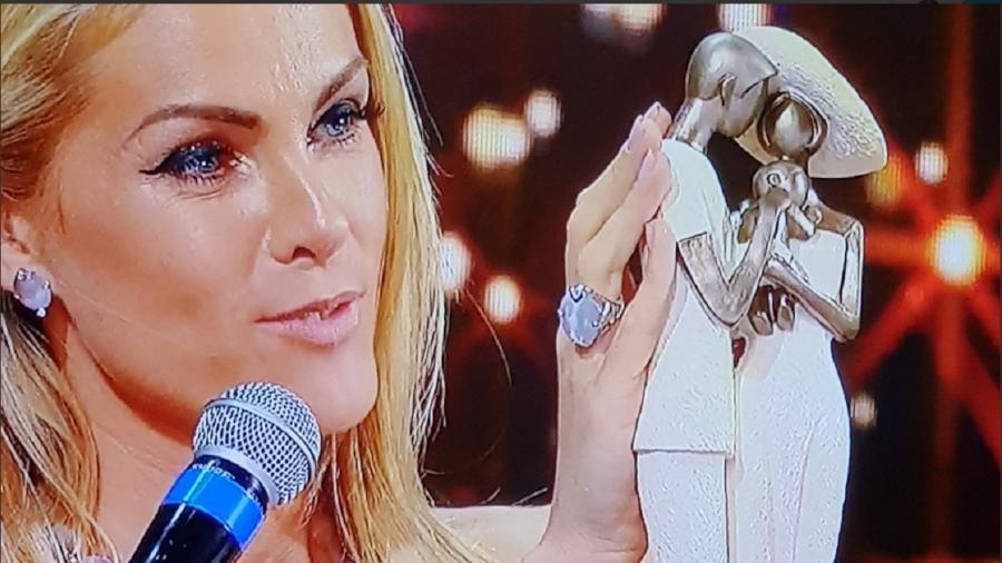 665035023 Ana Hickmann ganha cesta de Natal e escultura do ator Zé Carlos: