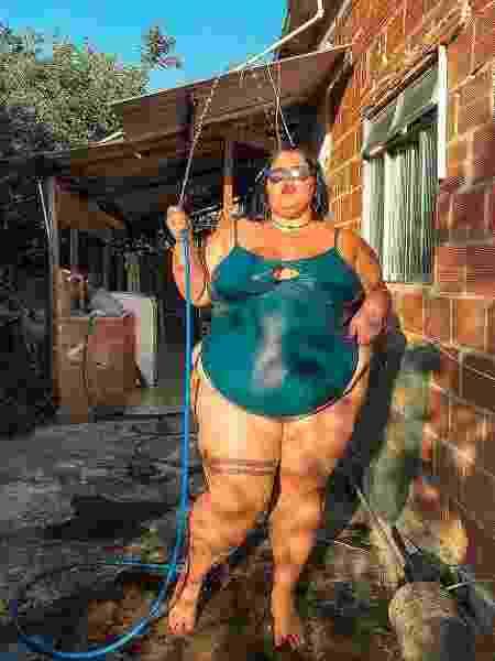 Bailarina plus size de Anitta aparece tomando banho de mangueira - Reprodução/Instagram