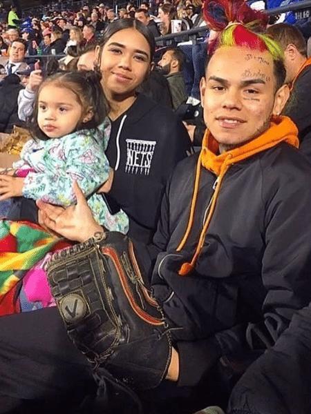 Tekashi 6ix9ine com a ex-namorada, Sara Molina, e a filha - Reprodução/Instagram