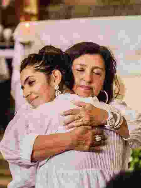 Benedita abraça a mãe, Regina Casé  - Reprodução/Instagram