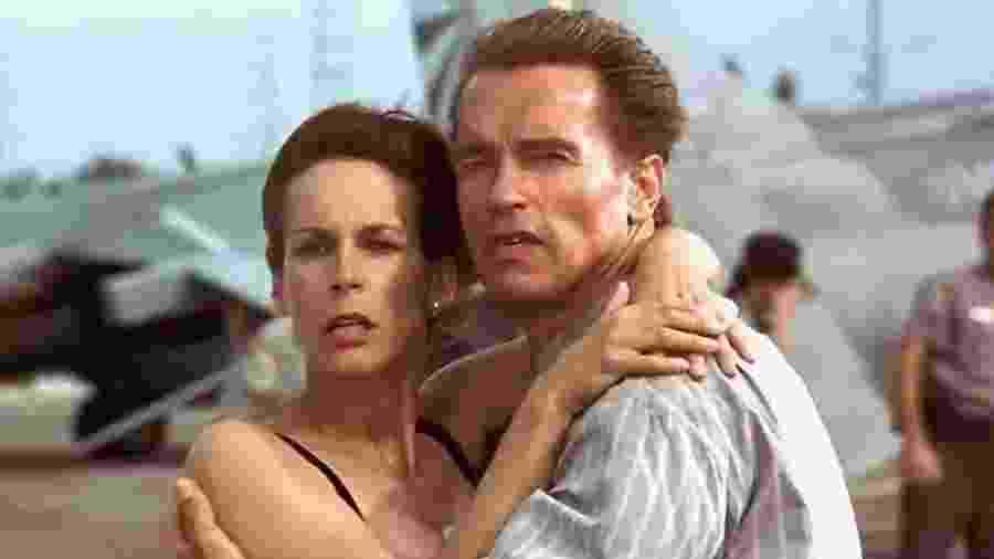 Jamie Lee Curtis e Arnold Schwarzenegger em cena de True Lies (1994) - Divulgação