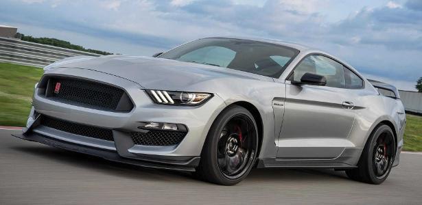 Na garagem de casa | Adolescente viraliza ao bater Mustang Shelby do pai; veja