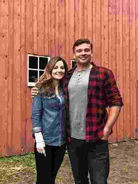 Erica Durance e Tom Welling nas gravações do crossover de Arrowverse - Reprodução/Instagram