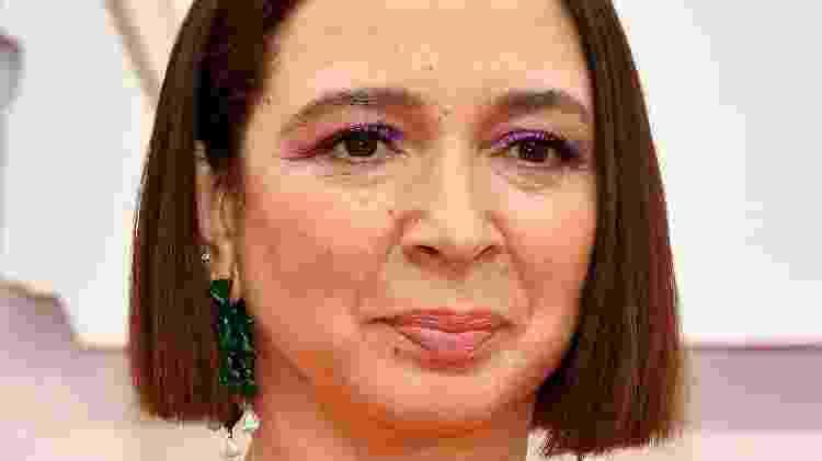 Maya Rudolph usou delineador roxo para arrematar visual minimalista - Getty Images