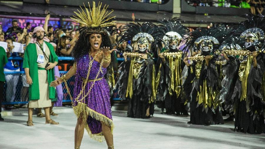 Com cora de espinhos e chagas nos pés e mãos, a rainha da bateria da Mangueira não sambou durante todo o desfile - Júlio César Guimarães/UOL