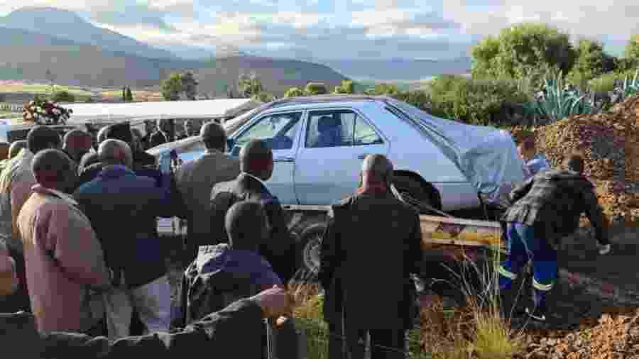 Político sul-africano é enterrado dentro de seu Mercedes-Benz - Reprodução