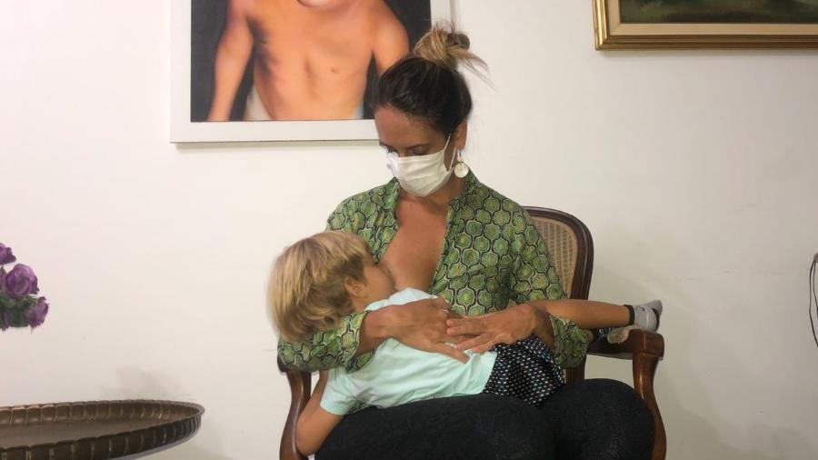 A jornalista Monique Arruda amamenta o filho Gabriel enquanto se recuperava da covid-19 - Arquivo pessoal