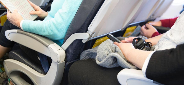 Ficar muito tempo sentado no espaço apertado da classe econômica pode causar problemas de saúde - Getty Images/iStockphoto