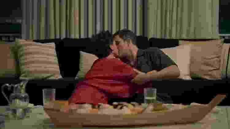 Outro erro de 'Amor de Mãe', foi quando Lígia (Malu Galli) e Magno (Juliano Cazarré), se encontraram, tiraram as máscaram alegando que já tiveram covid e até se beijaram - Reprodução/Globo - Reprodução/Globo
