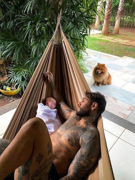 Lucas Lucco com o filho Luca - Reprodução/Instagram