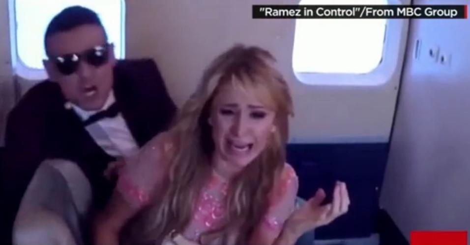 Paris Hilton grita ao cair em pegadinha