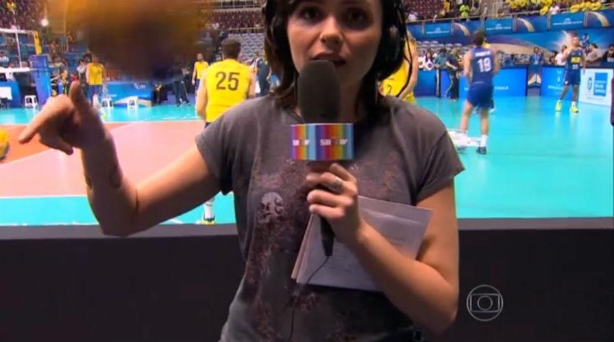 16.jul.2015 - Monica Iozzi quase leva bolada durante transmissão