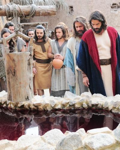 Moisés (Guilherme Winter) e Arão (Petrônio Gontijo) são avisados pelo povo que a água da vila está sangrenta e vão até lá para conferir de perto