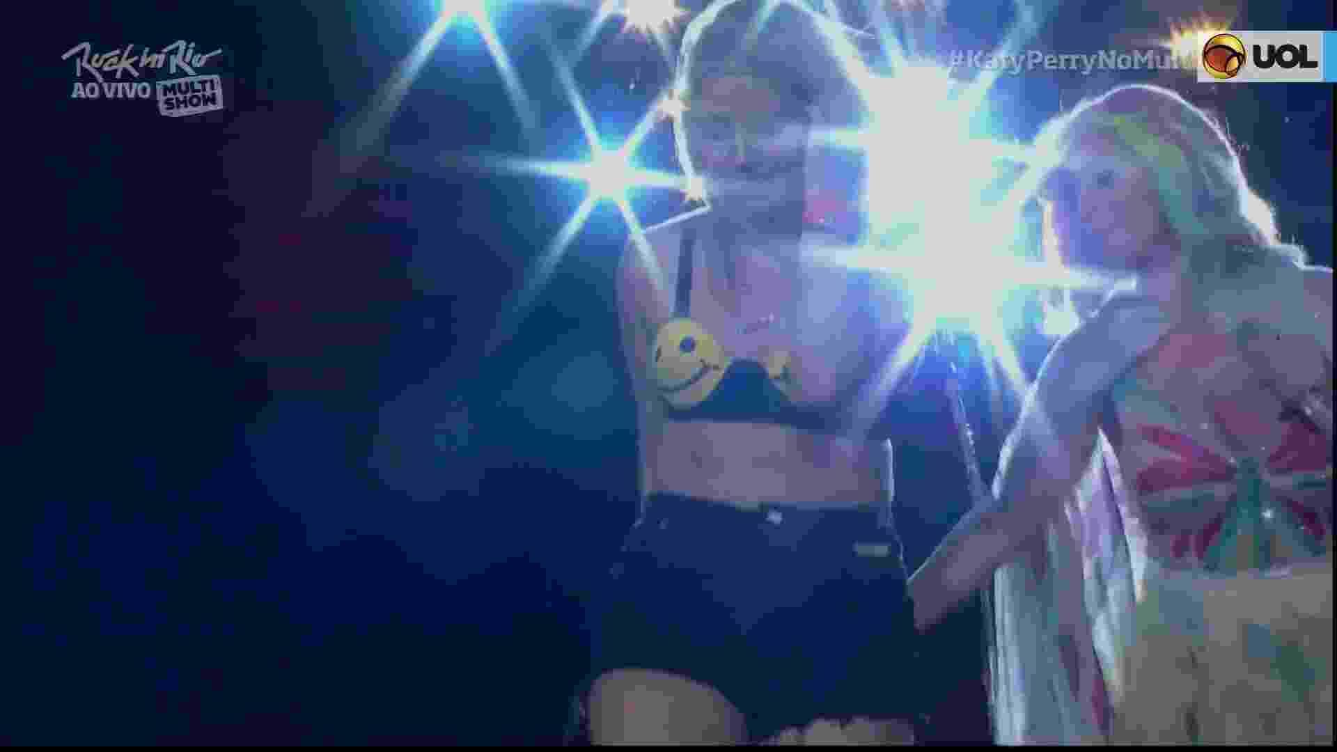 27.set.2015 - Katy Perry chamou uma fã para cima do palco a quem pediu que a ensinasse a falar palavras em português. A cantora ainda recebeu beijos e apertões da fã visivelmente emocionada - Reprodução