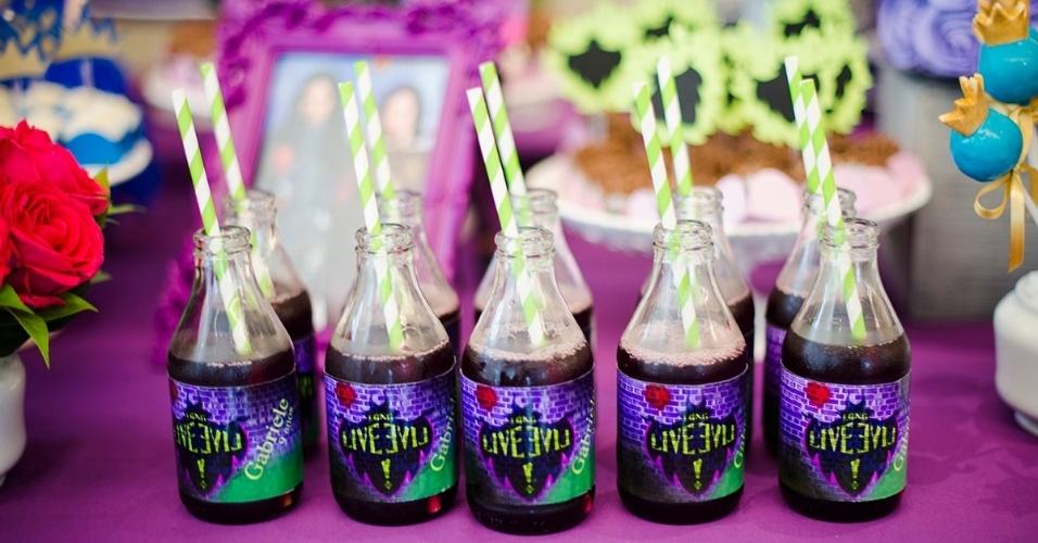 Nas garrafinhas de vidro, o suco de uva fazia as vezes de poção mágica, neste aniversário inspirado no filme