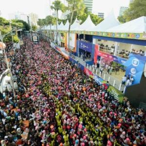 Multidão acompanha o Bloco das Muquiranas, no Carnaval de Salvador.