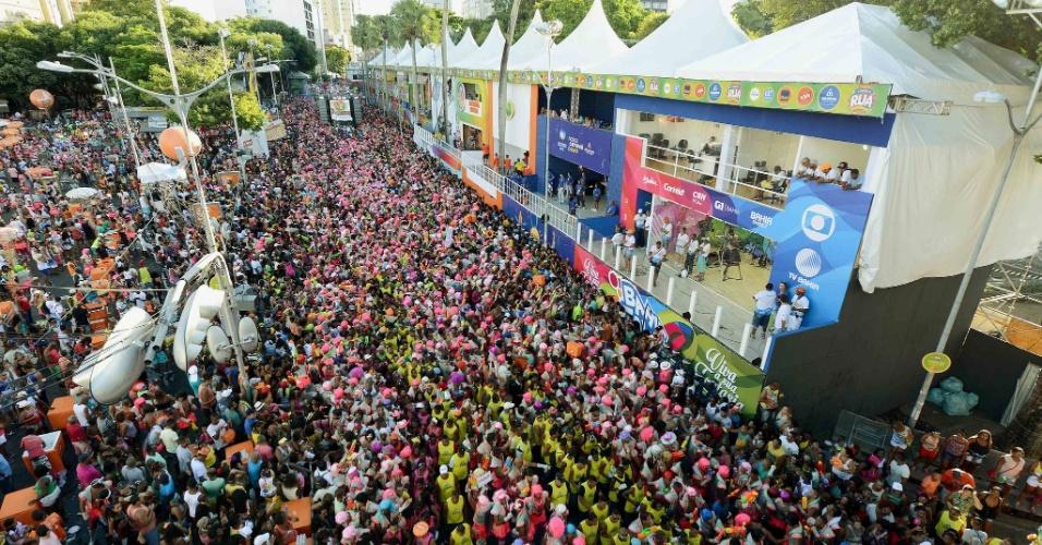 06.fev.2016 - Multidão acompanha o Bloco das Muquiranas, no Carnaval de Salvador.