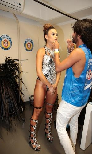 8.fev.2015 - Thaila Ayala é maquiada antes de entrar na Marquês de Sapucaí pela Grande Rio