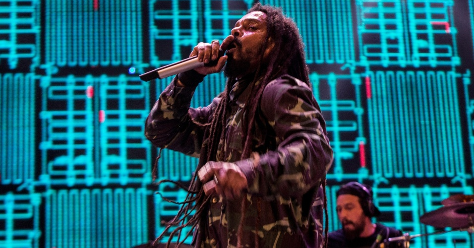 8.fev.2016 - Cerca de 200 mil pessoas assistem ao show de O Rappa, que encerrou o palco no Marco Zero na segunda-feira (8)