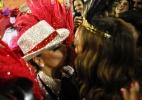 Viviane Araújo dá selinho em Sabrina Sato durante desfile das campeãs - Divulgação/ Camarote BOA