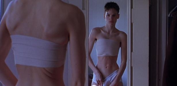 """Em """"Meninos Não Choram"""", Hilary Swank interpretou um menino transgênero que escondia as mamas com faixas - Divulgação"""