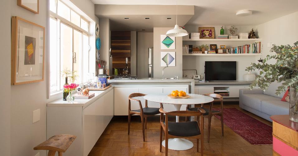 Se a escolha do casal é por apenas uma mesa, sem possibilidade de bancada de cozinha ou composição com outras peças, a indicação recai sobre as redondas com pé central. O modelo permite liberdade de movimento, pode agregar mais pessoas durante jantares e não 'briga' com a forma dos demais móveis. O arquiteto Décio Navarro escolheu uma Saarinen para esse pequeno apê em estilo contemporâneo