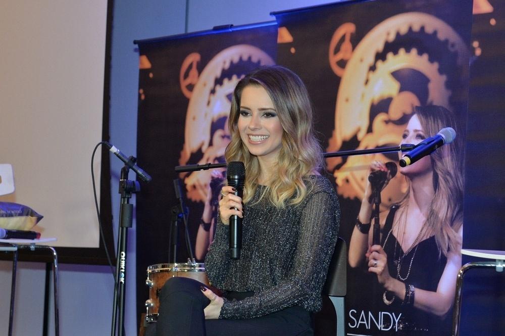 21.jun.2016 - Sandy conversa com os jornalistas no evento de lançamento de seu novo álbum,