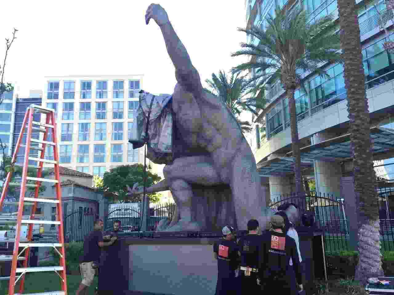 """19.jul.2016 - Réplica de uma estátua do Superman, usada no filme """"Batman Vs Superman"""", é montada nos arredores do Centro de Convenções de San Diego - Felipe Branco Cruz/UOL"""