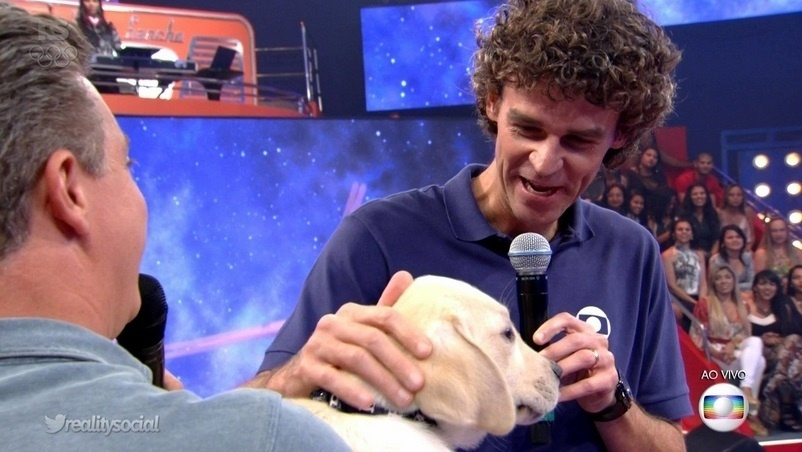 20.ago.2016 - O ex-jogador e comentarista da Globo Gustavo Kuerten, o Guga, ganhou um cachorro labrador de presente direto das mãos de Luciano Huck, no