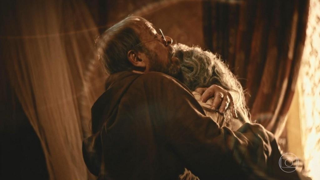 Padre Benício (Carlos Vereza) concede perdão a Encarnação (Selma Egrei) e se desespera ao vê-la morta em