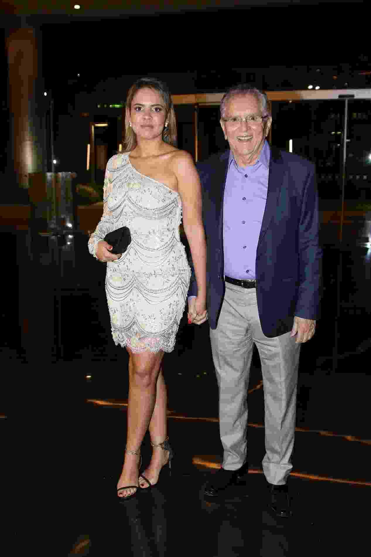 20.out.2016 - Carlos Alberto de Nóbrega comparece à festa de aniversário do Rodrigo Faro com a nova namorada, a médica Renata - Thiago Duran/AgNews