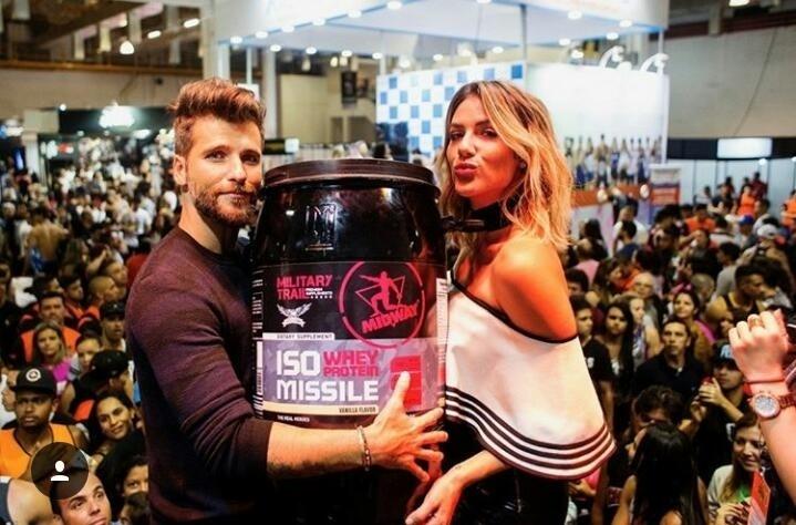 Bruno Gagliasso e Giovanna Ewbank posam com produto da Midway Labs USA, da qual Bruno se tornou sócio