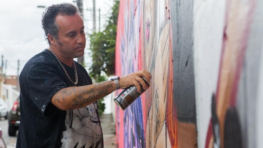 O artista Binho Ribeiro, um dos grafiteiros mais expressivos da Zona Norte de São Paulo - Raquel Cunha/Folhapress