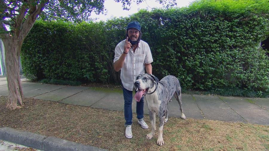 """Carlinhos Aguiar e um cão chamado Degrau vão assustar pessoas no quadro """"Cãmeras Escondidas"""", do SBT - Reprodução/SBT"""