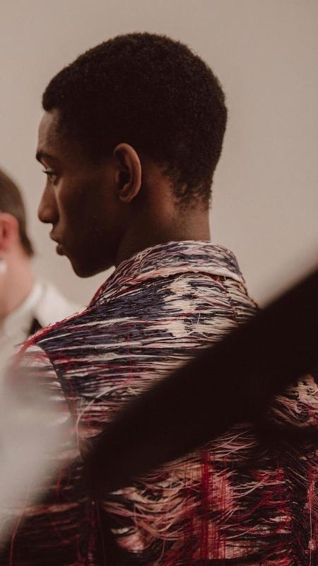 Modelo exibe casaco feito com carpete de desfile anterior da Alexander McQueen - Reprodução/Instagram