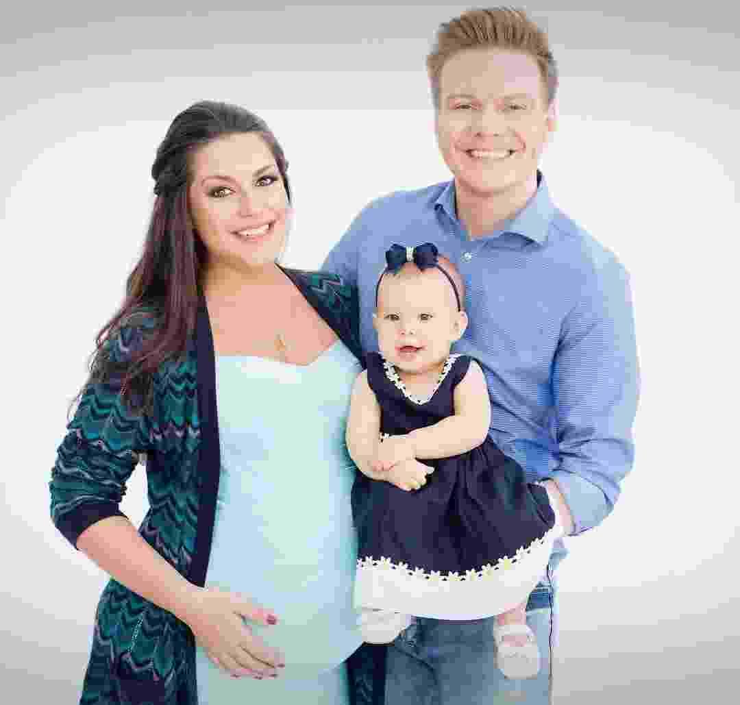 Gravidíssima, Thais Fersoza posa com o marido, Michel Teló, e a filha, Melinda - Thalita Castanho e Reprodução/Instagram