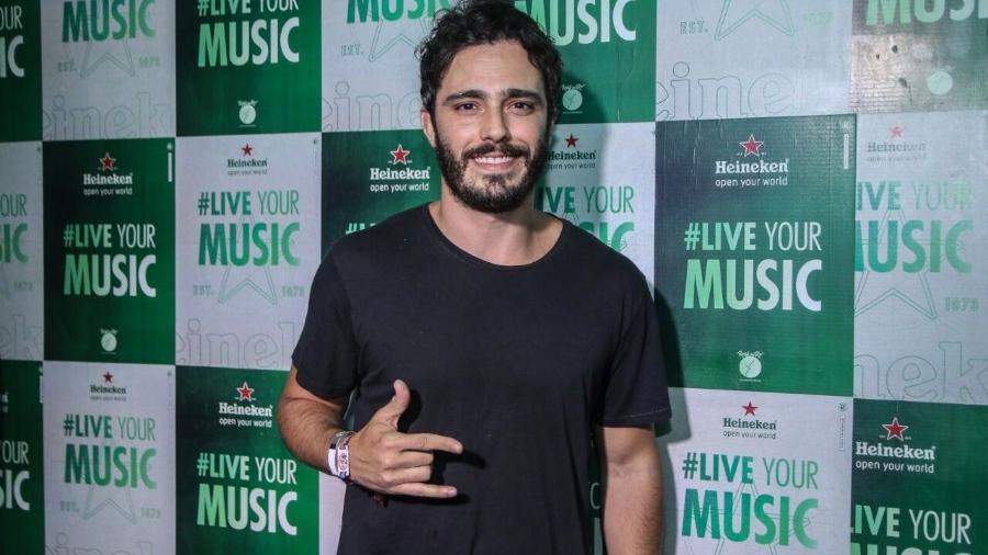 Thiago Rodrigues chegou ao camarote para o último dia de shows sozinho depois de ser flagrado beijando uma loira no sábado (23) - Agnews