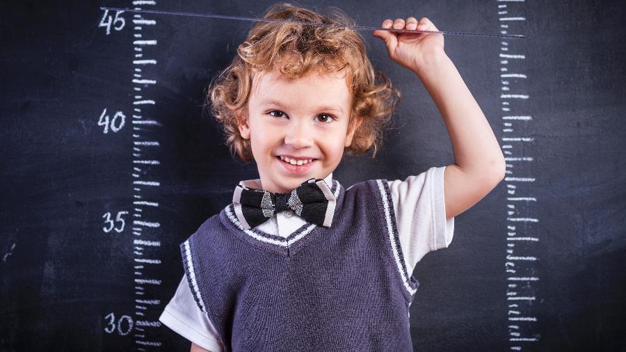 Psicólogo austríaco Alfred Adler assegurou que crianças desenvolvem sentimentos de inferioridade diante de adultos mais altos que elas. - Getty Images